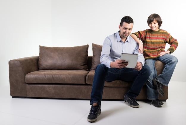 Pai e criança no sofá em casa