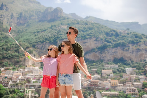 Pai, e, crianças, levando, selfie, foto, ligado, positano, cidade, em, itali, ligado, amalfi costeiam
