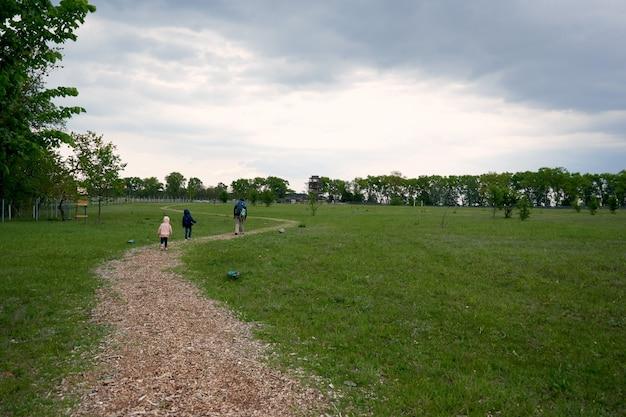 Pai e dois filhos, filho e filha, caminhadas na floresta. passeio em família. acampar juntos no verão. feliz dia dos pais.