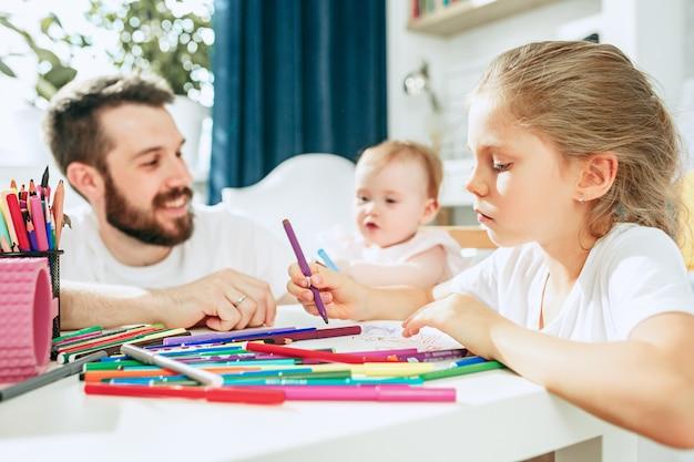 Pai e filha bebê em casa