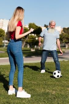 Pai e filha brincando com bola