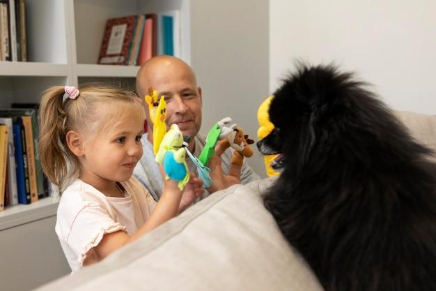 Pai e filha brincando com fantoches fofos