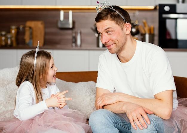 Pai e filha brincando com tiara