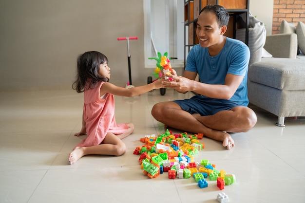 Pai e filha brincando de quebra-cabeça