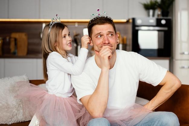 Pai e filha brincando juntos com a tiara
