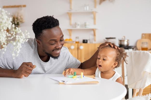 Pai e filha brincando juntos