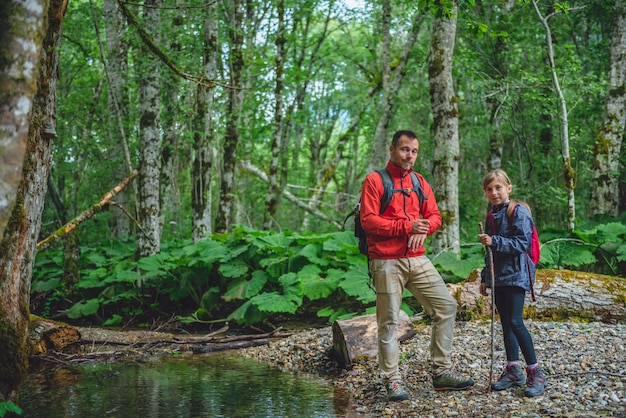 Pai e filha, caminhadas na floresta e posando