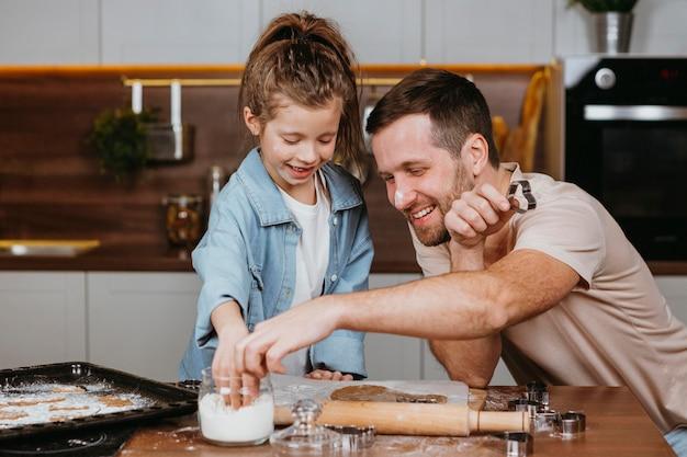 Pai e filha cozinhando juntos