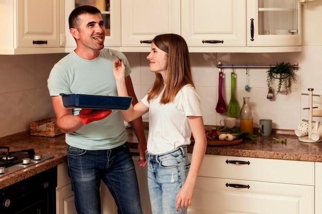 Pai e filha cozinhando na cozinha