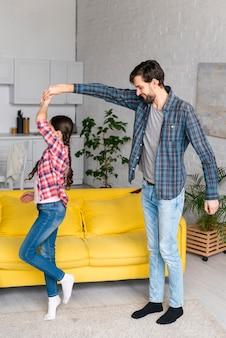 Pai e filha dançando juntos