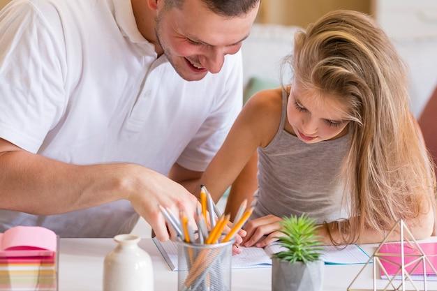 Pai e filha de desenho close-up está olhando