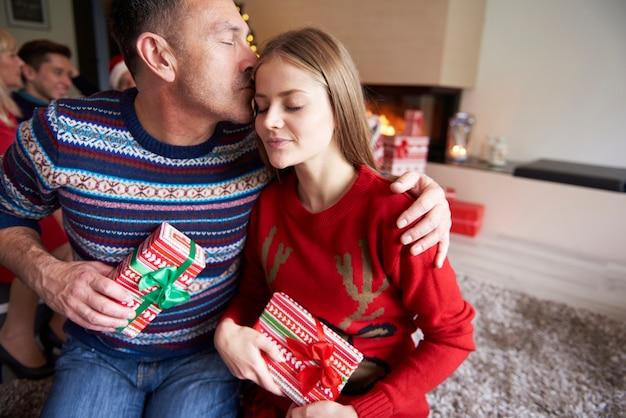 Pai e filha durante o natal