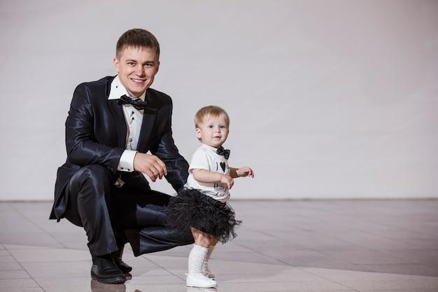 Pai e filha elegantes e vestidos na moda