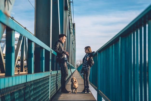 Pai e filha em pé na ponte e conversando