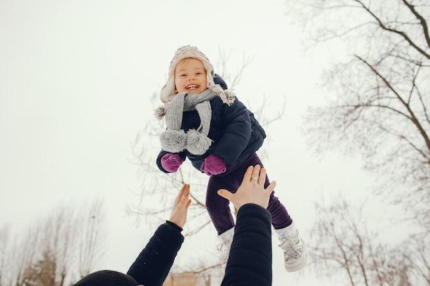 Pai e filha em um parque de inverno