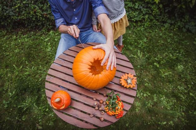 Pai e filha, escultura de abóbora para o halloween