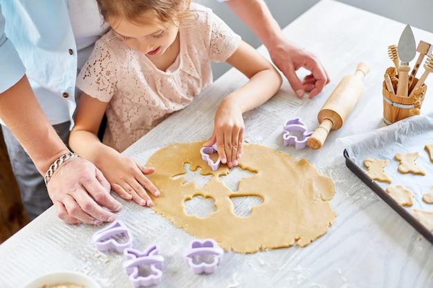 Pai e filha fazem biscoitos por mofo