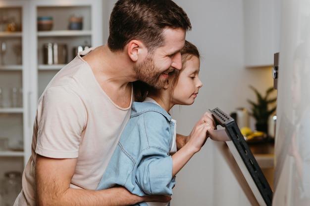 Pai e filha fazendo biscoitos juntos