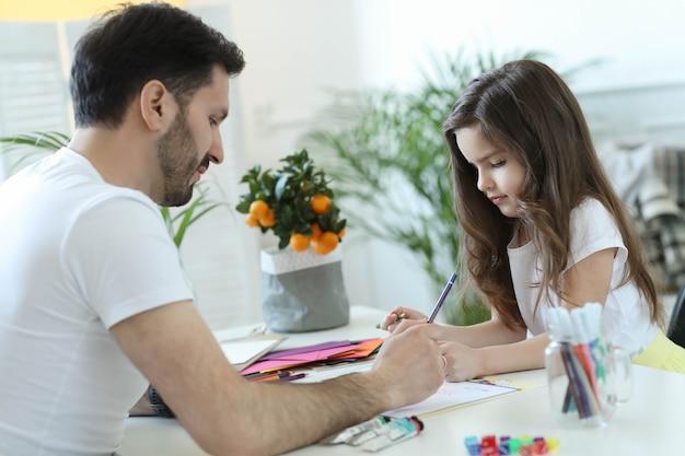 Pai e filha fazendo dever de casa