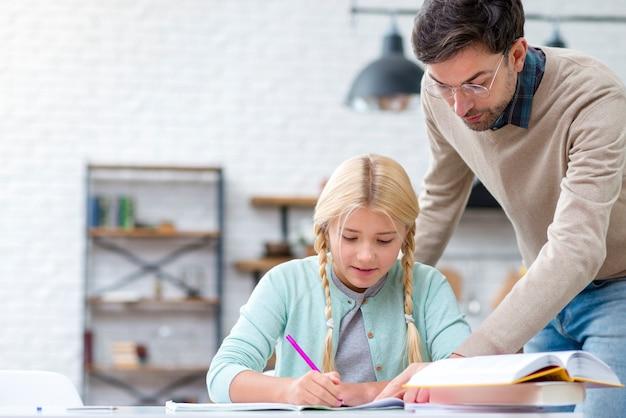 Pai e filha fazendo lição de casa