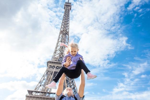 Pai e filha felizes e alegres em paris no contexto da torre eiffel