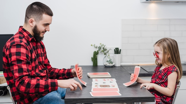 Pai e filha jogando cartas no dia dos pais