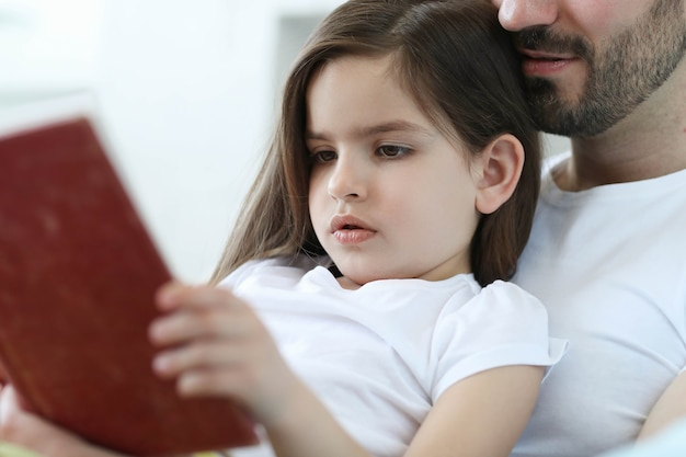 Pai e filha juntos em casa