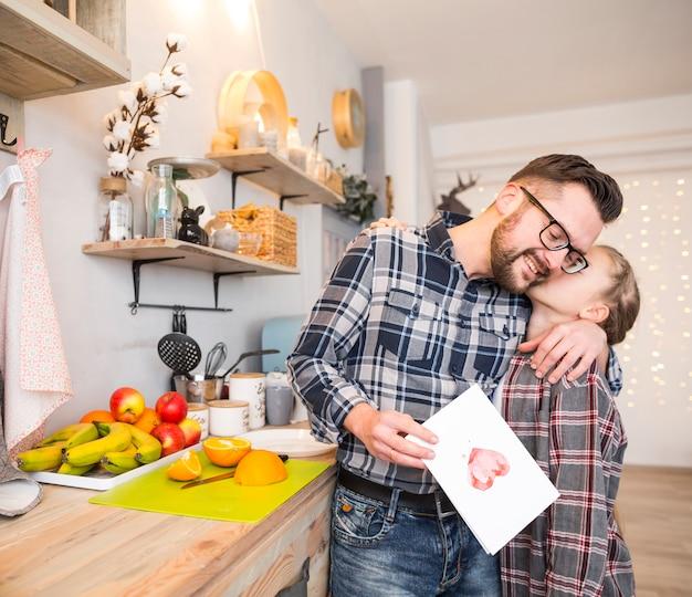 Pai e filha juntos na cozinha no dia dos pais