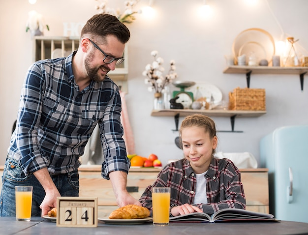 Pai e filha juntos na mesa de café da manhã