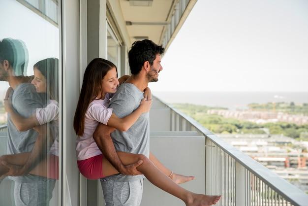 Pai e filha juntos no dia dos pais