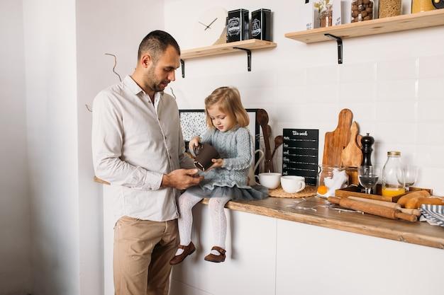 Pai e filha na cozinha em casa