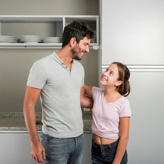 Pai e filha na cozinha no dia dos pais