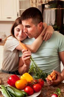 Pai e filha na cozinha preparando comida