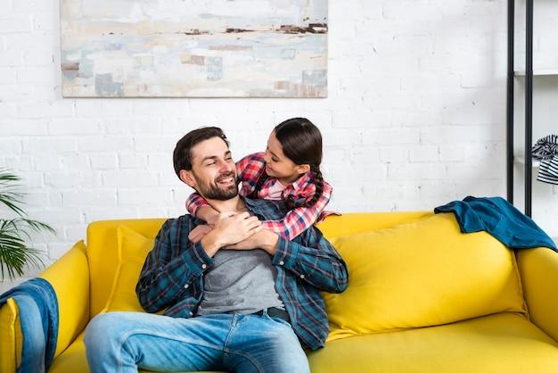 Pai e filha olhando um ao outro