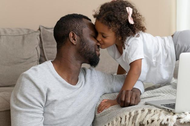 Pai e filha passando bons momentos juntos