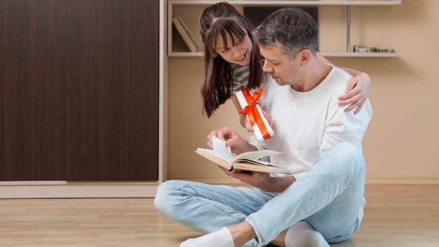 Pai e filha passar o dia dos pais dentro de casa