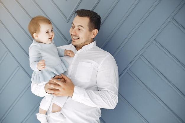 Pai e filha se divertem em casa