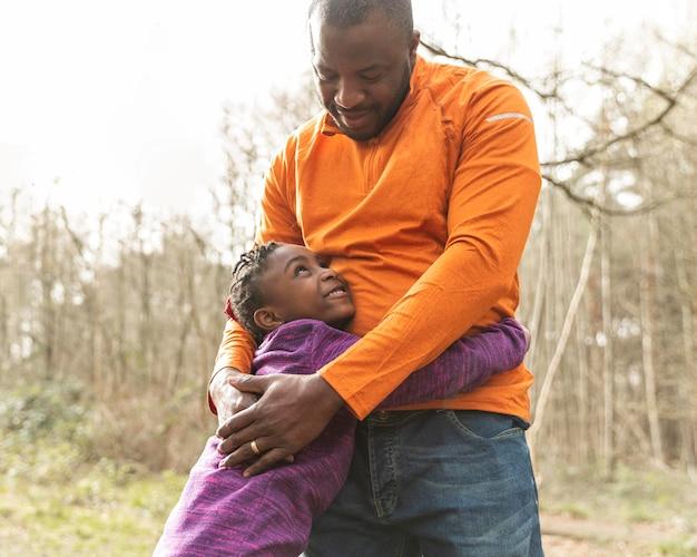 Pai e filha se divertindo juntos