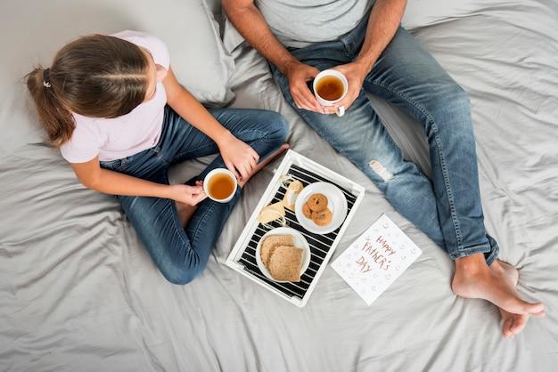 Pai e filha tomando café da manhã juntos