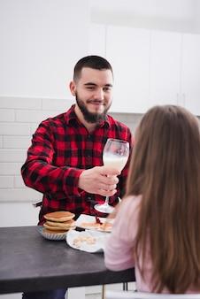 Pai e filha tomando café da manhã no dia dos pais