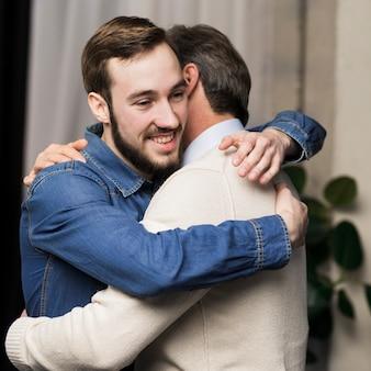 Pai e filho abraçando
