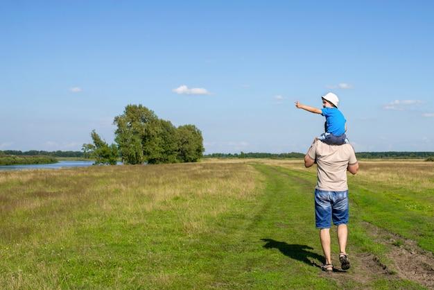 Pai e filho andam no verão fora da cidade