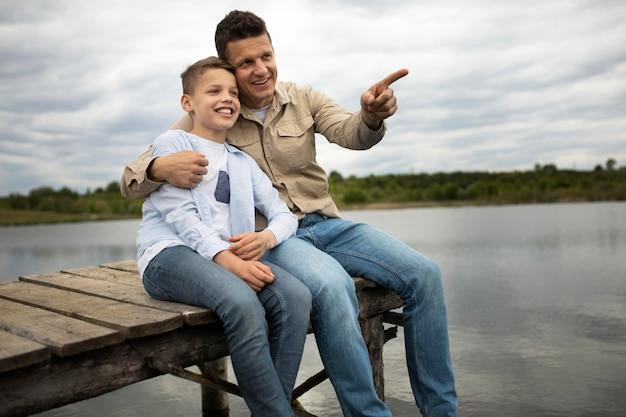 Pai e filho ao ar livre em tiro médio