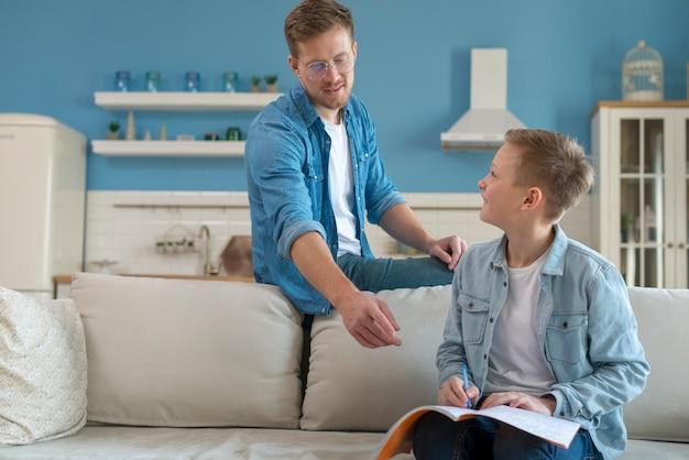 Pai e filho aprendendo dentro de casa