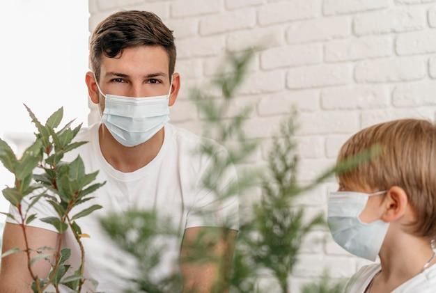 Pai e filho aprendendo sobre como plantar juntos