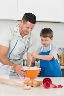 Pai e filho assando biscoitos