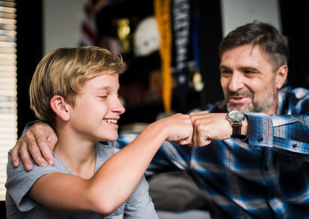 Pai e filho batendo os punhos