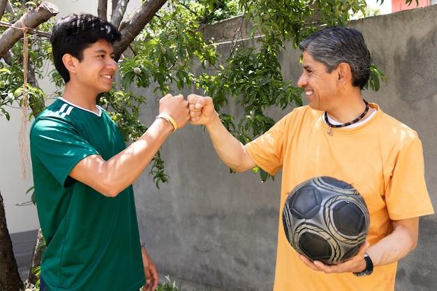 Pai e filho brigando depois de jogar futebol juntos