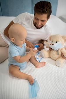 Pai e filho brincando com o ursinho de pelúcia