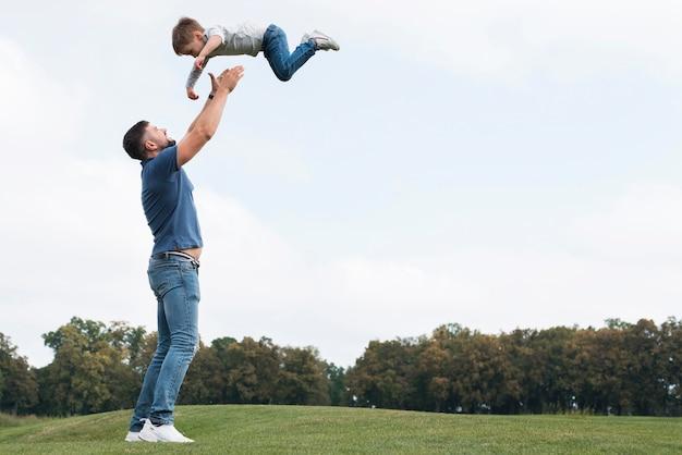 Pai e filho brincando de cópia de espaço